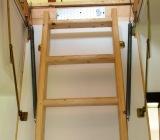 Pentru mansarda casei sau pentru pod cel mai bine este sa folositi o scara ratractabila de lemn. Acesta are avantajul ca ocupa putin spatiu si daca nu folositi podul des poate tine loc si de capac la pod. Prin utilizarea unei scari rabatabile practic economisiti spatiul destinat casei scarilor