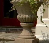 Fie ca sunt din plastic, beton, lemn sau piatra, jardinierele cu flori sunt potrivite pentru orice terasa sau curte.
