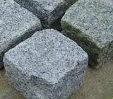 Pentru amenajarea exterioara a terenului de langa locuinta puteti folosi piatra cubica. Piatra cubica pentru alei, vase de flori sau diverse socluri.