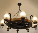 Daca dispuneti de incaperi somptuoase, inalte si decorate cu mobilier clasic, atunci puteti sa optati pentru niste lustre din fier forjat.