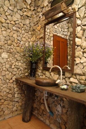 Baie cu pereti din piatra si mobilier rustic