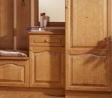 Indiferent de tipul locuintei, ca este apartament sau casa, din antreu nu trebuie sa lipseasca cateva piese de mobilier: un cuier cu oglinda eventual si un pantofar.