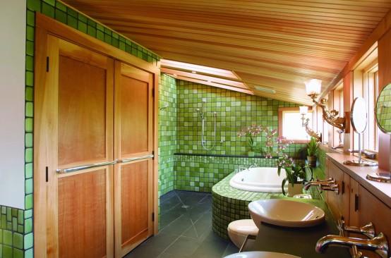 Baie amenajata la mansarda cu tavan cu lambriu din lemn natur si faianta mica verde