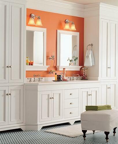 Baie cu mobilier alb si perete de accent portocaliu aprins
