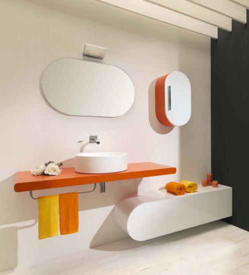 Baie cu mobilier oval cu chiuveta alba rotunda si blat portocaliu