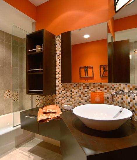 Baie cu mobilier wenge peretii portocalii si mozaic cu crem maro si portocaliu