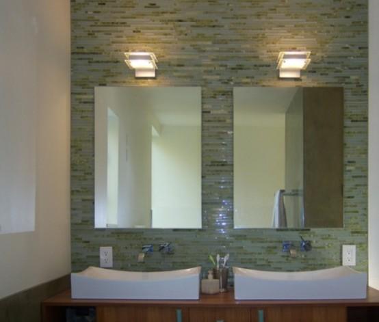 Baie cu perete din faianta si doua oglinzi