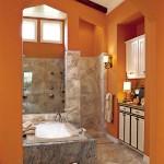 Baie cu peretii si tavanul portocalii si faianta gri stralucitor