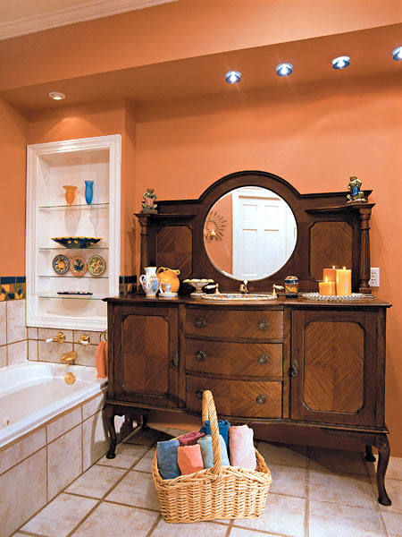 Baie cu portocaliu gresie crem si mobilier maro