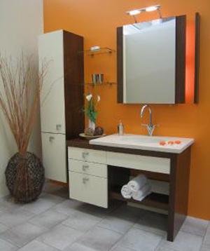 Baie in combinatia de pereti portocalii si alb si mobilier alb cu wenge