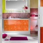 Baie multicolora cu faianta verde si mozaic multicolor si dulap pentru baie portocaliu