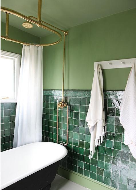 Cada retro in baie cu faianta mica patrata verde inchis