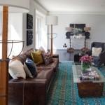 Canapea din piele maro si covor turcoaz