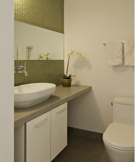Faianta verde si gresie gri combinata cu obiecte sanitare albe