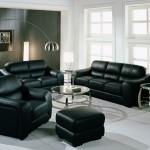 Living decorat cu set de canapea si fotolii din piele neagra