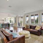 Living open space cu doua canapele din piele maro
