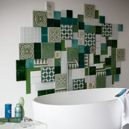 Model inedit de perete placat cu diverse placi de faianta in nuante de verde
